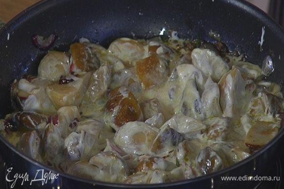 Когда грибы будут практически готовы, добавить сметану, все перемешать и выключить огонь.