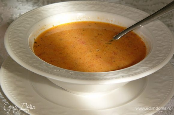 Вливаем заправку в суп, постоянно помешивая. Подавать горячим, приправив сухой мятой.