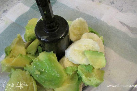 В чашу блендера выложить кусочки банана и авокадо. Пробить до однородной массы.