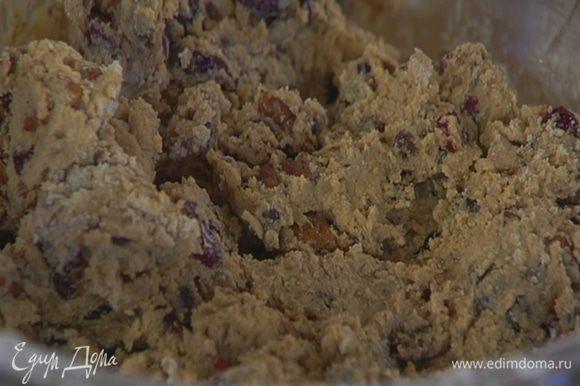 Добавить клюкву, пекан, затем небольшими порциями всыпать муку и вымешать тесто.