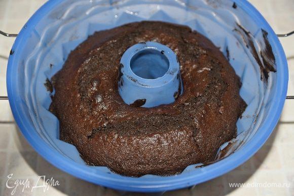 Вытащить кекс из духовки и дать полностью (это важно!) остыть в форме и только после этого осторожно достать. Кекс не нуждается ни в каких дополнительных пропитках и ганашах. Я сделала простую молочную глазурь, только чтобы подчеркнуть красивый рисунок кекса.