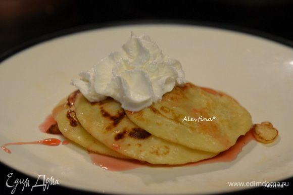 Подаем со взбитыми сливками по желанию, сиропом и свежими ягодами. Приятного аппетита.