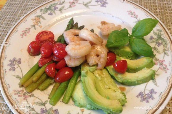 Из авокадо удалить косточки и кожуру. Мякоть нарезать дольками и выложить на тарелки, полить их лимонным соком. Сверху выложить креветки с овощами. Наслаждайтесь!