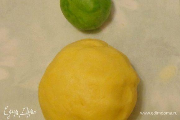 Взбить размягченное сливочное масло с сахарной пудрой. Продолжая взбивать, добавить желток. Постепенно ввести крахмал и муку. Вымесить до однородности. Отделить часть теста и добавить в нее несколько капель зеленого красителя. Тесто получается очень нежное и пластичное. Охлаждать его не надо, иначе оно станет ломким.