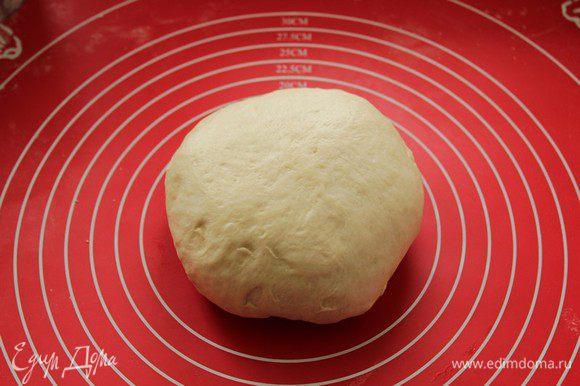 Формируем батон: сформировать шар, загибая края к середине по кругу. Затем накрыть и дать отдохнуть минут 10. Тесто стало мягким и эластичным, приятным на ощупь.