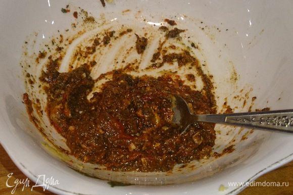 Очищаем чеснок и шинкуем мелко в миску, добавляем петрушку, базилик, орегано, красный и черный перец, соль. Туда же в миску томатную пасту и горчицу, немного бальзамического уксуса. Все это перемешиваем.