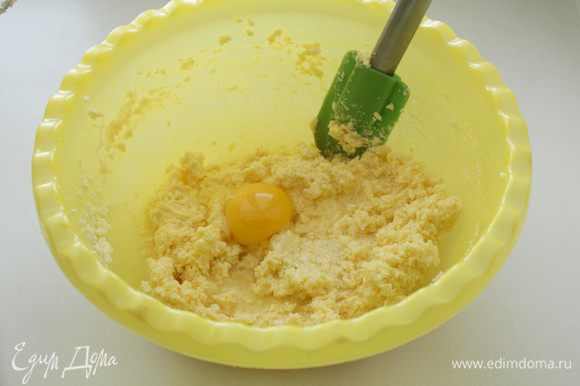 Для теста: Взбить масло с сахаром. По одному добавить яйца, снова взбить.