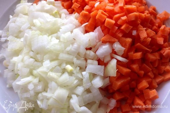 Теперь бросаем туда порезанную кубиками морковь и 1 порезанную небольшую луковицу.
