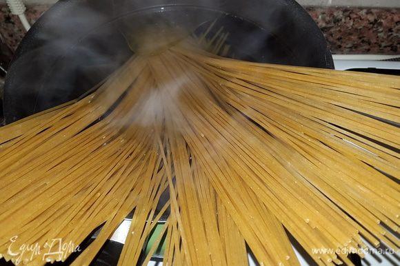 """Параллельно отвариваем спагетти до состояния """"аль-денте"""" в подсоленной воде с добавлением оливкового масла."""