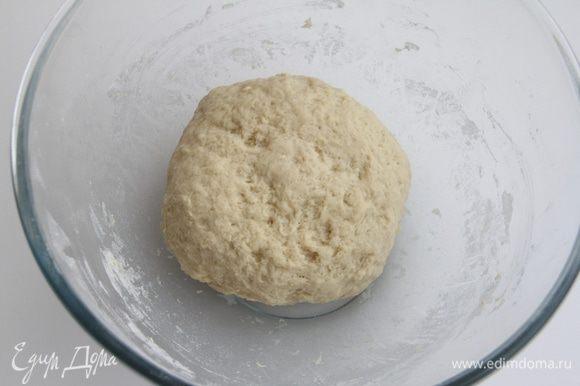 Из муки, молока (можно и воду, но на молоке вкуснее), дрожжей, яйца замесить дрожжевое тесто, оставить подходить в течение одного-полутора часов.