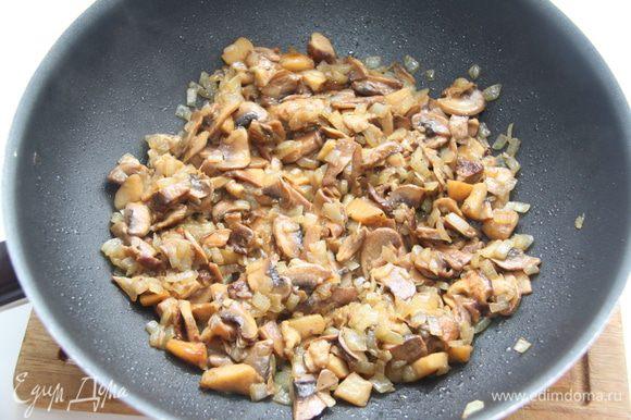 Лесные грибы (у меня были замороженные) порубить на кусочки среднего размера, обжарить на сковороде минут десять, затем добавить лучок, обжарить ещё десять минут. Слегка посолить, поперчить.