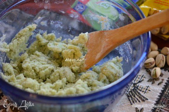 Затем добавить просеянную муку и соль, перемешать.