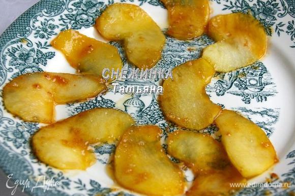 Снимаем готовые яблоки на тарелку и кладём следующую партию яблок.