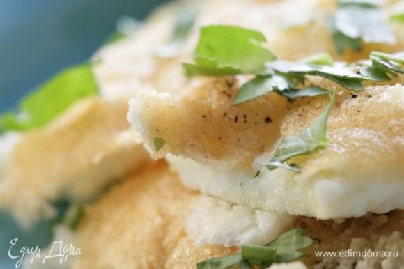 Готовый омлет присыпать оставшимся натертым сыром и зеленью петрушки.