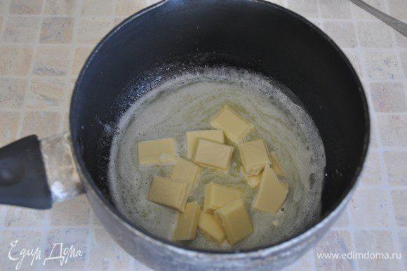 Испечем корж из белого шоколада. Включить разогреваться духовку до 180 градусов. В общем, тесто заводится почти также как на темный корж, но масло будем подмешивать иначе, чтобы сохранить воздушность теста. В небольшом сотейнике растопить сливочное масло, добавить поломанный на кусочки белый шоколад. Размешать до расплавления шоколада. Оставить остывать.