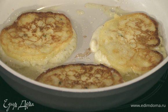 Разогреть в сковороде оставшееся оливковое масло и жарить оладушки, выкладывая их на бумажное полотенце, чтобы удалить излишки жира.