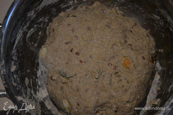 Влить в мучную смесь воду, замесить тесто. Убрать в тёплое место на 1 час.
