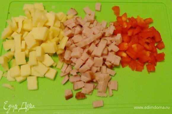 Далее в тесто кладется мелко нарезанная ветчина, сыр и болгарский перец.