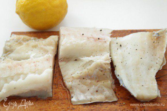 Филе нарезать на куски, посолить, поперчить и сбрызнуть соком лимона.