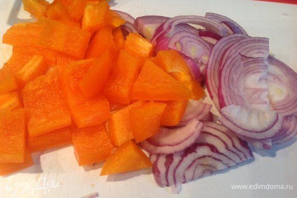Лук почистите и нарежьте полукольцами. У болгарского перца удалите семена, и нарежьте небольшими квадратиками.