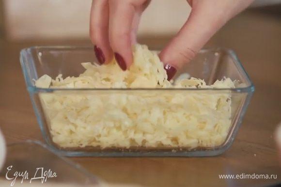 Сыр натереть на крупной тёрке. Присыпать тортилью.
