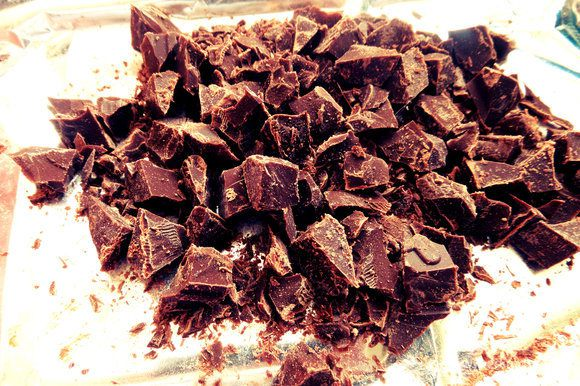 Шоколад (50%) теперь уже мелко нарубить (но не в крошку). Идея! Если взять шоколад с орешками, то и начинка станет богаче :)