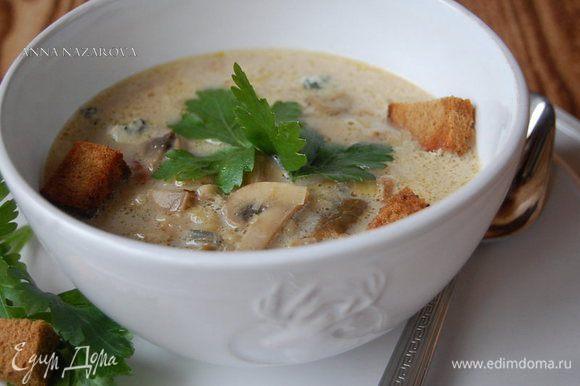 Разлить суп по тарелкам, присыпать резаной петрушкой. Украсить сухариками. Приятного аппетита :)
