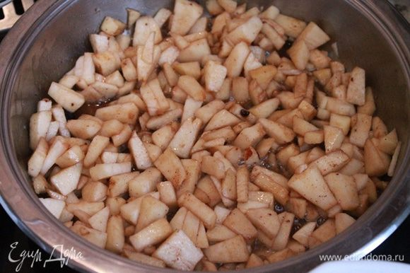 Яблоки очистить, мелко порезать и потушить на сливочном масле с сахаром мусковадо и корицей. Тушить минут 10.