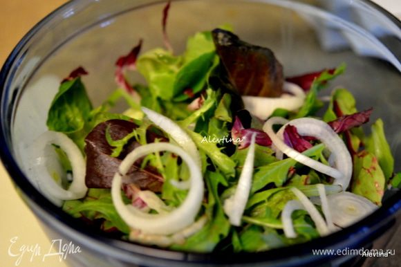 Рукколу смесь помыть, выложить в емкость салатную, добавить порубленный радиккио, авокадо очищенный и порезанный, редис тонко порезанный, лук -шалот с зелеными перьями, порезанный тонко. Перемешать. Добавить яйца.