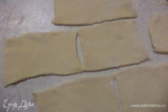Тесто раскатать в тонкий прямоугольный пласт, нарезать прямоугольниками.