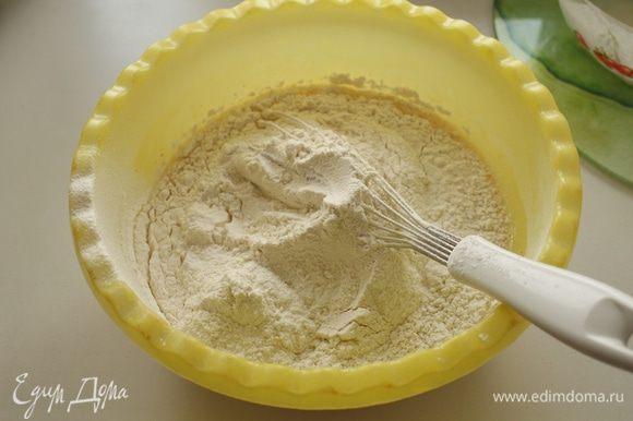 Также добавить просеянную муку (600 гр), дрожжи, соль, ванильный сахар и коньяк.