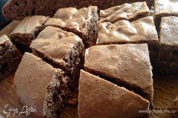Готовому бисквиту дать полностью остыть и нарезать кубиками.