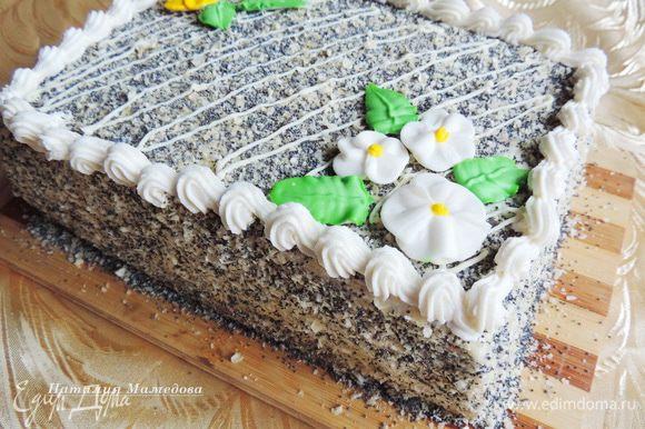Далее отсадить бордюрчик из крема, растопленным белым шоколадом нарисовать полоски и украсить торт цветочками из айсинга. Вы можете оформить торт по своему вкусу и желанию.