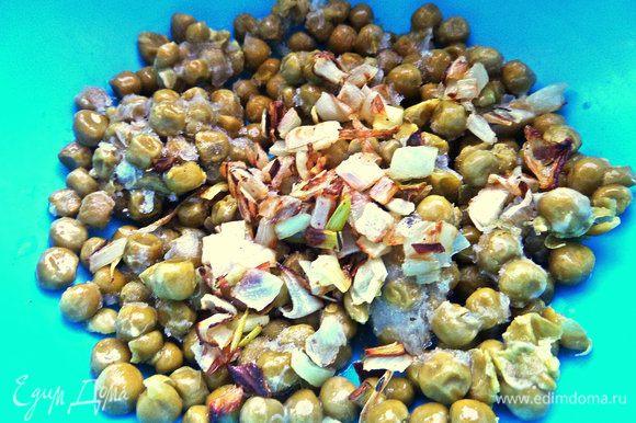 Последний вариант самый простой: горошек отделяем от жидкости и смешиваем с частью лука, солим, перчим. Если брать свежий горошек, то тушить как морковь до готовности.