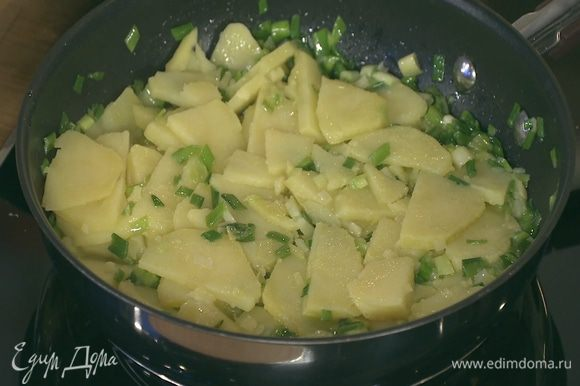 Добавить нарезанный картофель в сковороду с луком и обжарить до легкого золотистого цвета.