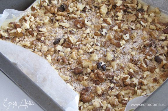 Равномерно посыпать половиной ореховой смеси с корицей и сахаром.