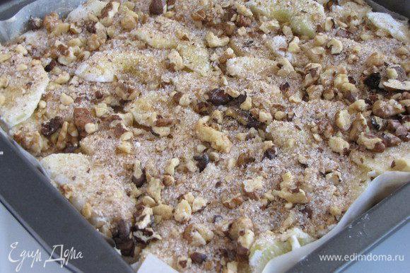 Снова покрыть всю поверхность дольками яблок. И посыпать яблоки оставшейся ореховой смесью.