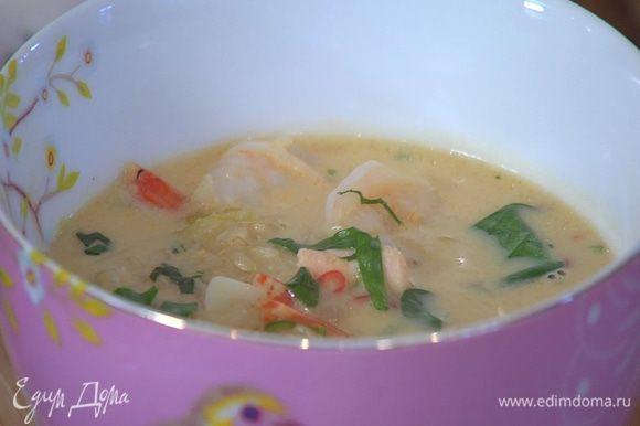 Листья кинзы и базилика мелко порубить, добавить в суп, перемешать и снять кастрюлю с огня.