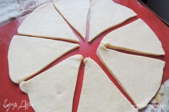 Час прошел незаметно. Готовое тесто делим на пять частей. Работаем по очереди с каждой частью. Раскатываем ее в круг диаметром 30 см, разрезаем его на 8 секторов.