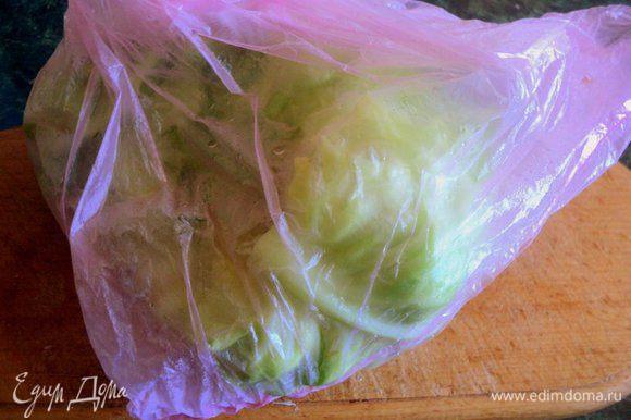 Подготовить капусту. Я обычно вырезаю у капусты кочерыжку, помещаю капусту в целлофановый пакет, завязываю его и в микроволновку на 10-14 минут (в зависимости от плотности капусты) при максимальной мощности. Затем помещаю капусту под холодную воду и разбираю на отдельные листочки, Утолщения у основания листа срезать.