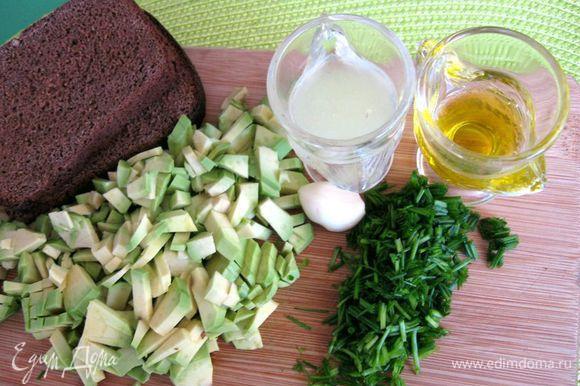 Шнитт - лук мелко (диагонально) порезать. Из лимона выжать сок. Авокадо порезать на половинки, отделить от кожуры, вынуть косточку. Мелко порезать (можно измельчить с помощью вилки или пюрировать в блендере).