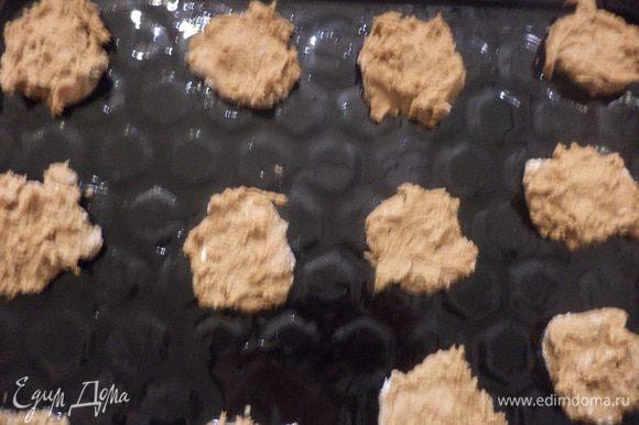 Противень смазать маслом. И десертной ложкой выложить на противень круглые лепёшки на некотором расстоянии друг от друга (во время выпечки лепёшки увеличатся в объёме раза в два).
