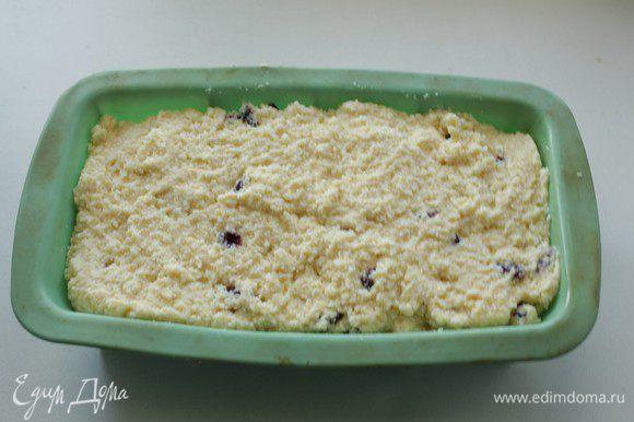 Форму смазать маслом, выложить тесто и выпекать при 180С 40-45 минут.