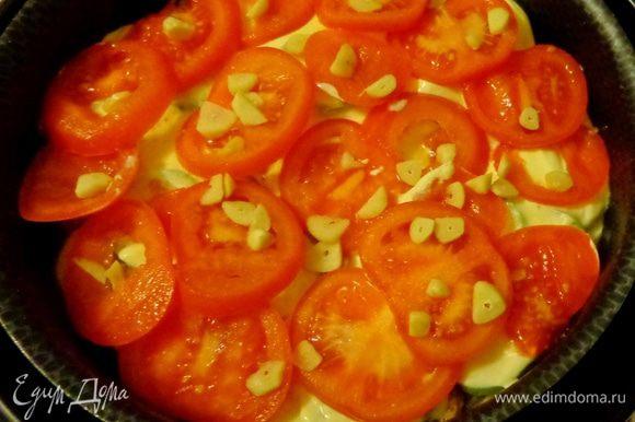 Сверху уложить нарезанные кружками помидоры и рубленый чеснок, посолить, поперчить.