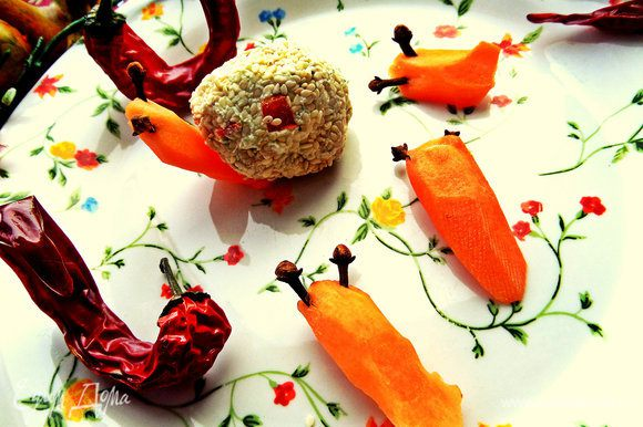 Головы из моркови получатся не сразу, надо потренироваться, но немного терпения и более-менее похоже на головки) Используйте тонкую морковь, я её держу очищенную в воде в холодильнике, поэтому она сочная и хорошо режется! Втыкаем в них осторожно рожки.
