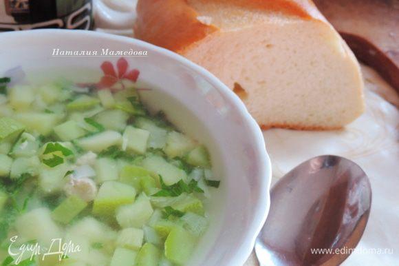 Готовый суп разливаем по тарелкам и подаем к столу со свежим хлебом. Мне это суп нравится как в горячем, так и в теплом виде. Про запас варить не рекомендую. Его вкусно кушать свежим, в первый день. Приятного аппетита!