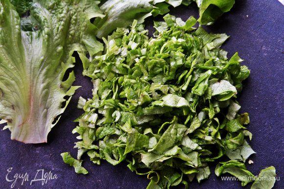 Немного зелёного салата покрошить.