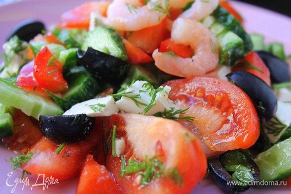 Зелень и чеснок мелко порубить. Смешать все ингредиенты для заправки, полить ею салат и аккуратно перемешать. Подавать сразу же. Приятного аппетита!