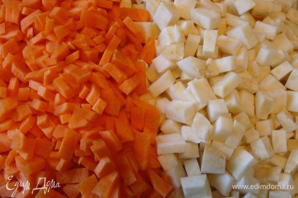 Морковь и корень сельдерея (в равных количествах, моркови можно немного меньше) почистить, порезать мелким кубиком. Морковь я режу чуть мельче, чтобы проварилось все равномерно.
