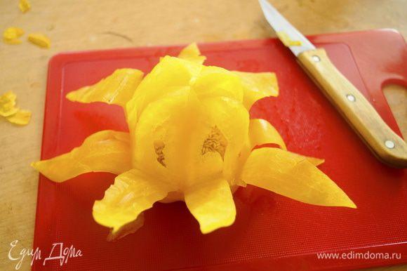 Сначала из перцев нужно сделать корзиночки в виде цветка. Для этого каждый перчик надрезать крест-накрест на столько листиков, сколько вам захочется. При надрезании оставить основание 2-3 см не дорезая до конца. Затем листики расслоить тонким ножом.